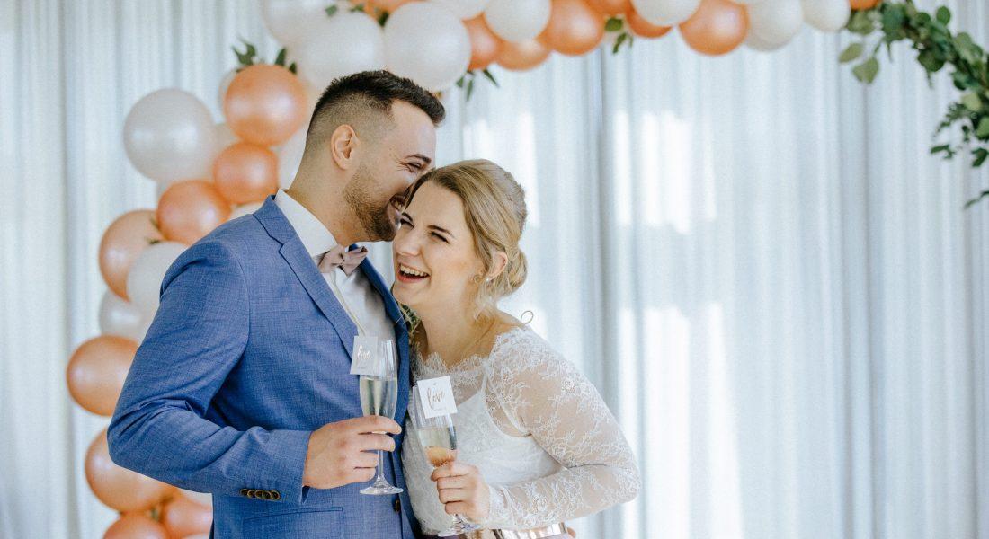 Glückliches Brautpaar beim Sektempfang und geplant von Hochzeitsplanerin Berlin. Denn Time for Wedding plant eure Traumhochzeit!