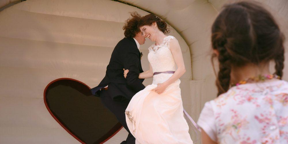 Hochzeitstanz auf Hüpfburg und geplant von Wedding Plannerin Lisa Müller von Time for Wedding Hochzeitsplanung Berlin. Wedding Planner mit Herz!