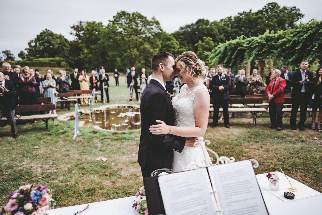 Eine Freie Trauung wurde hier mit viel Liebe zum Detail von Lisa, Hochzeitsplanerin aus Berlin, in die Tat umgesetzt. Sie ist eine Wedding plannerin mit Leib und Seele!