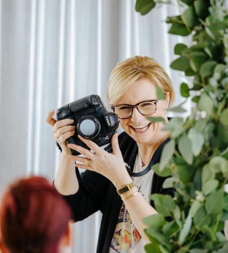 Unsere Fotografin Susi ist immer mit absoluter Leidenschaft und mit guter Laune bei der Arbeit. Das Team Time for Wedding rund um hochzeitsplaner Berlin Lisa ist froh, sie dabei zu haben.