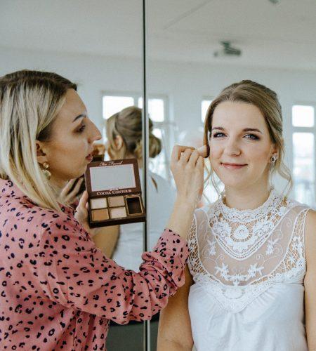 Zum Team Time for Wedding gehört auch Julia. Sie unterstützt Lisa als Hochzeitsplaner Berlin als Brautstylistin!