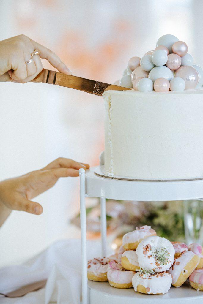 """""""Eigentlich ist die Torte zu schön, um sie anzuschneiden"""" Sagte die Braut am Tag ihrer Hochzeit zu ihrer Hochzeitplanerin Lisa aus Berlin. Hier ist der Sweet Table auch eine wundervolle Gästebeschäftigung!"""