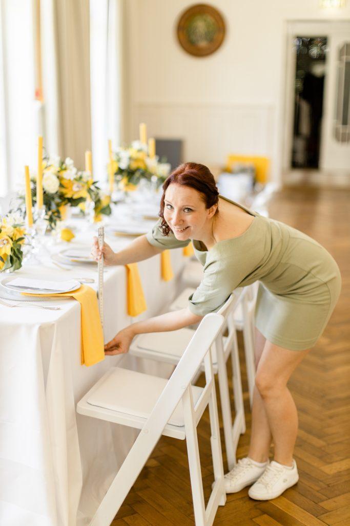 Die Servietten müssen schließlich alle die gleiche Länge haben bei der Tisch-Deko von Benny und Lena-Marie. Hochzeitsplanerin Lisa aus Berlin kümmert sich darum. Time for Wedding Hochzeitsplanung arbeitet eben mit Liebe zu Detail!