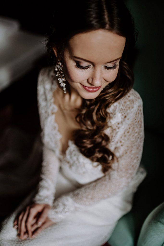 Getting Ready für die Winterhochzeit von Julia und Richard. Die wunderschöne Braut auf vor ihrem großen Moment und Hochzeitsplanerin Lisa Müller aus Berlin hält ihr Händchen!