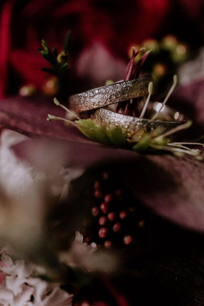 Passend zur Winterhochzeit zweifarbige Eheringe in winterlicher Optik!