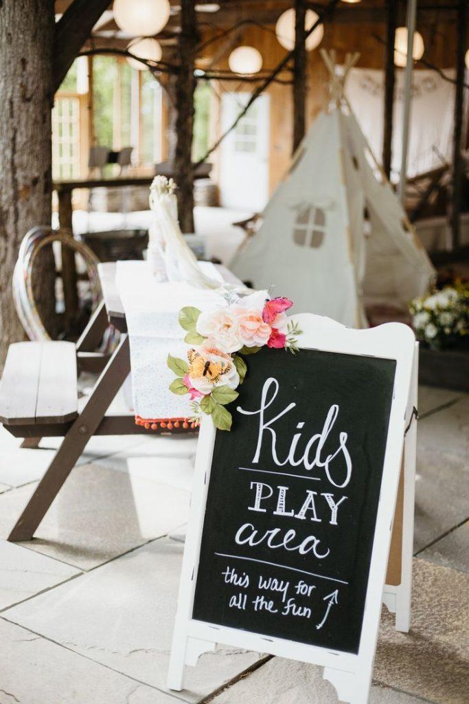 Die Spielecke ist auf jeder Hochzeit mit vielen Kindern als absolutes Muss! Denn auch die kleinen möchten schließlich beschäftigt werden! Daher ein wichtiger Tipp zum Thema Gästebeschäftigung!
