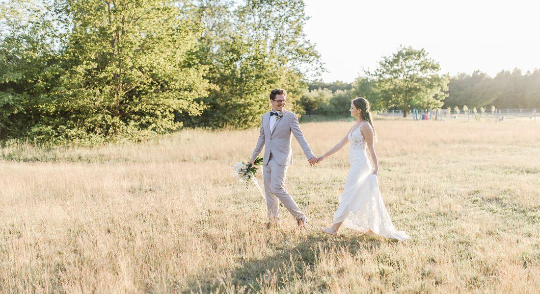 Die wundervolle Hochzeit im Toskana Stil nahm ihr Ende mit einem wundervollen Sonnenuntergang über dem Feld.