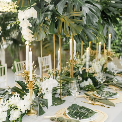 Tropische Tischdeko perfekt abgestimmt auf die Mottohochzeit. Hochzeitsplanerin Lisa von Time for Wedding Hochzeitsplanung Berlin macht es möglich. Möchtet auch ihr wissen wie teuer so eine Tischdeko ist?
